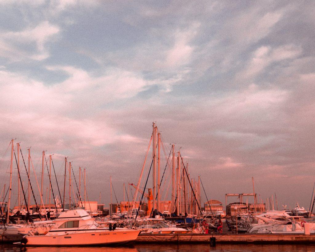 vele ormeggiate nel porto di Viareggio