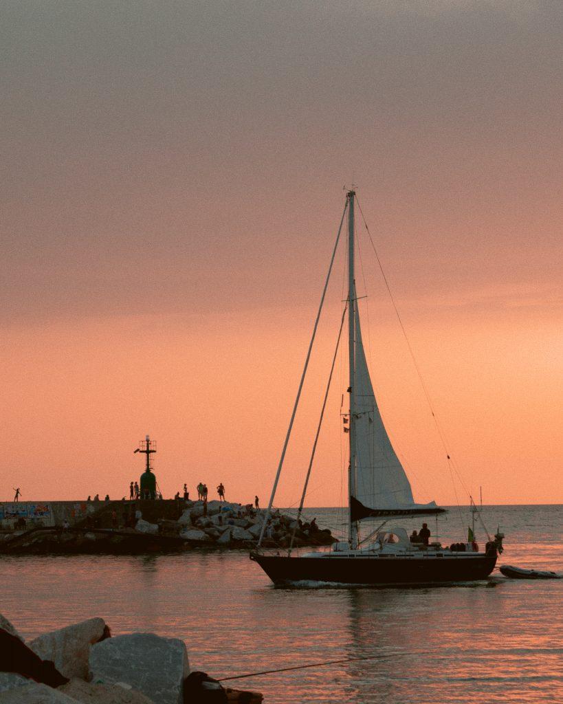 barca a vela che entra in porto a Viareggio